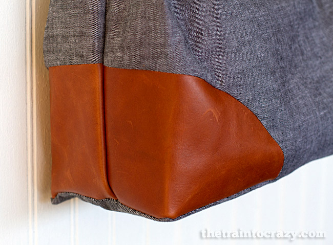 Fun leather corners on a handbag. Great pattern! #sewing